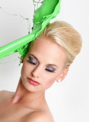 Frau mit grüner Farbe