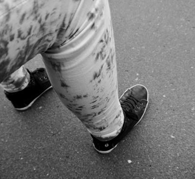 Bein und Fuß einer Jugendlichen mit Jeans