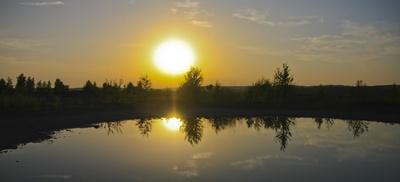 Sonnenuntergang mit Spiegelung in See
