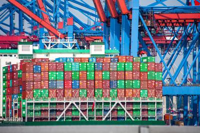 Hamburger Hafen mit Containerschiff
