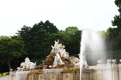 Der Neptunbrunnen am Fuße zur Gloriette 01