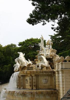 Der Neptunbrunnen am Fuße zur Gloriette 02