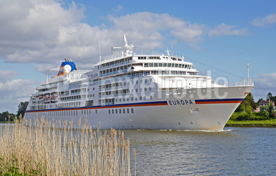 Weißes Schiff zwischen den Meeren