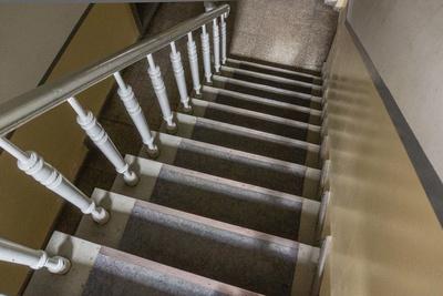 Im Treppenhaus - treppab
