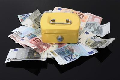 Geldkassette auf Geldhaufen (schwarz)
