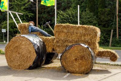 Traktor aus Stroh