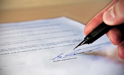 Unterschrift unter Vertrag