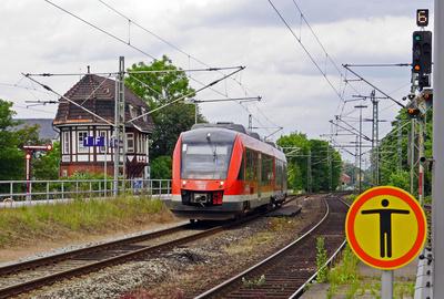 Moderner Zug, altes Stellwerk