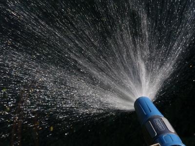 Wasser aus dem Gartenschlauch