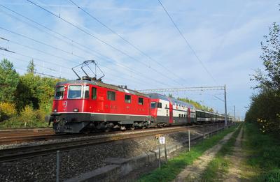 Regionalzug mit Re 4/4-Vorspann