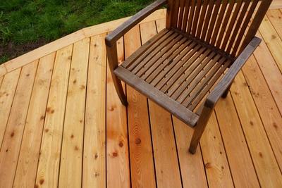 Holzstuhl auf Holzterrasse