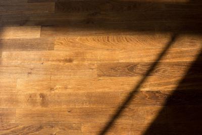 Holzdielenboden mit Schatten