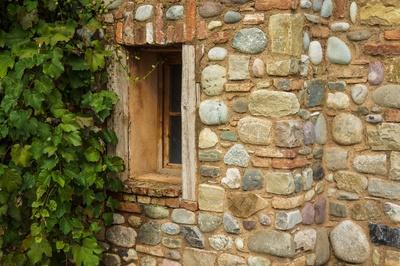 Natursteinmauerwerk mit Fenster