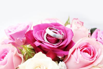 Blumenstrauß und Ringe
