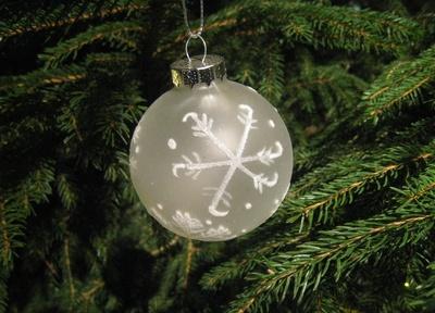 weiße Tannenbaumkugel am Tannenbaum Teilansicht