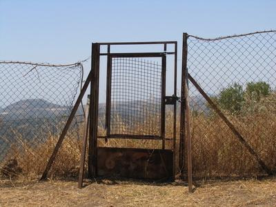 Rostiges Tor -  fest verschlossen