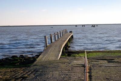 alter Hafensteg am Meer