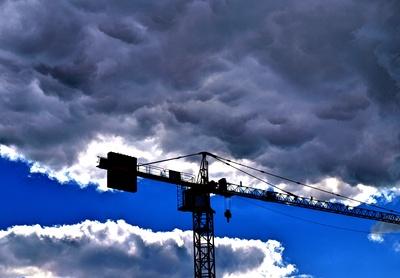 Wolken über dem Bau