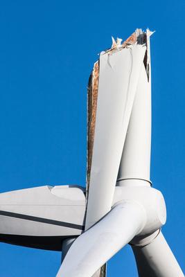 Nahaufnahme eines gebrochenen Windradflügels