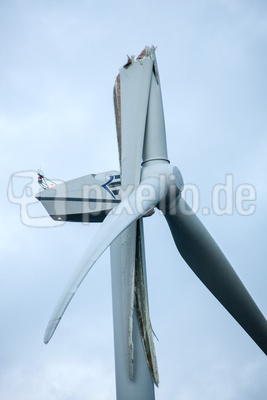 Windrad mit gebrochenem Flügel