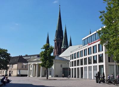 Schlossplatz in Oldenburg mit Schlosswache & Lambertikirche