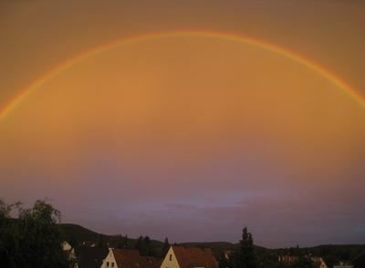 Regenbogen mit regenbogenfarbigen Himmel