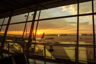 Flughafen-Stimmung mit Sonnenaufgang
