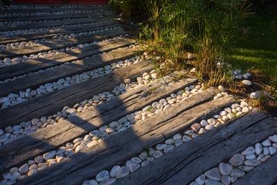Wegebau mit Bohlen und Steinen