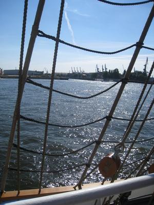 Blick durch die Wanten von der Gorch Fock auf dem Hamburger Hafen