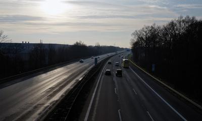 Autobahn bei Sonnenschein