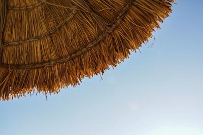 Gut beschirmt am heißen Strand