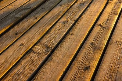 Holzbohlen in der Abendsonne