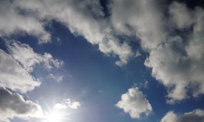 Der blaue Himmel mit Wolken und Sonnenschein