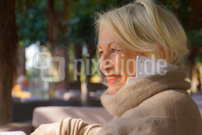 Blonde Seniorin freut sich