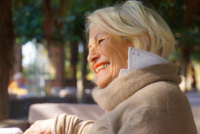 Blonde Seniorin lächelt