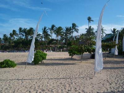 Bali Strandidylle mit Balifahnen