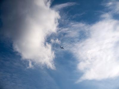 Flieger in den Wolken