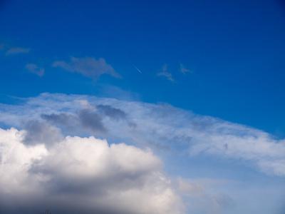 Flugzeug am Wolkenhimmel