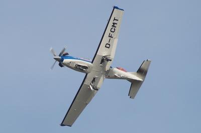 PC -9   zieht in einer scharfen Kurve zu Landung