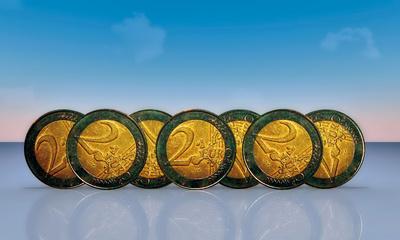 Euromünzen stehend mit Himmel