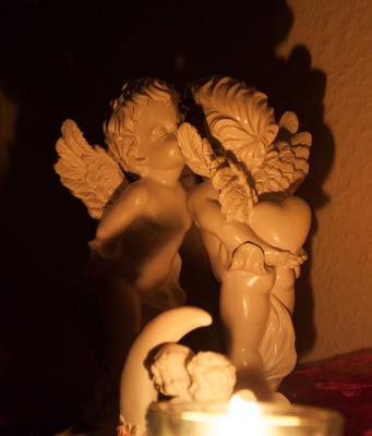 Liebendes Engelspaar im Kerzenschein