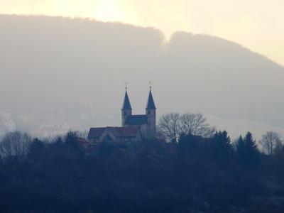 Pfeilerbasilika zu Münchenlohra im Nebel