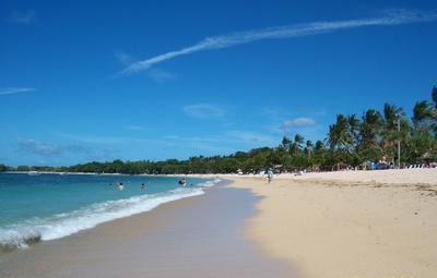 Bali-grün-blaues Meer, korallen-feiner Strand und Palmen