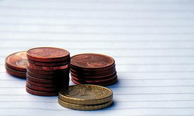 Cent Münzen gestapelt auf Papier