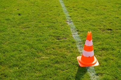 Hütchen auf Fußballfeld