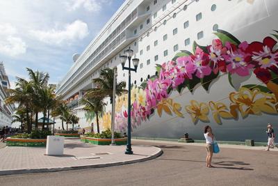 großes Traumschiff am Kai von Freeport Bahamas