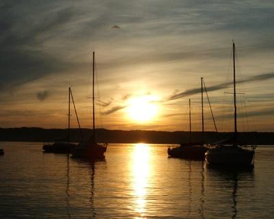 Sonnenuntergang Starnberger See mit Booten