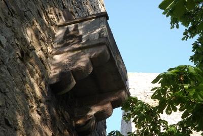 Ein Balkon an einer Burgruine