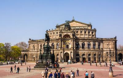Dresden Semper-Oper mit Theaterplatz