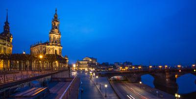 Dresden Elbterrassen mit Semperoper, abends